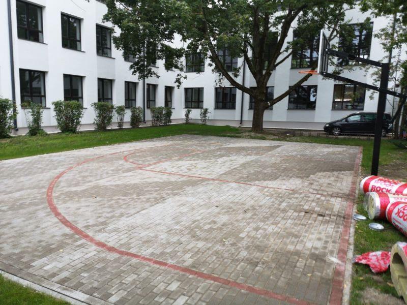 Streetball laukums, bilde Nr.3. Bruģēšana, apzaļumošana
